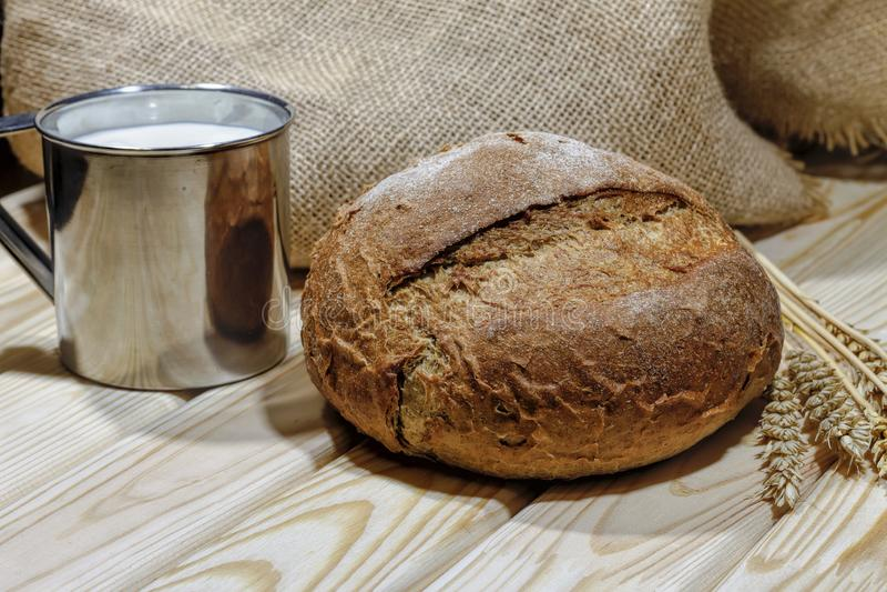 Brood, bruine melk, voedsel, glas, brood, zwart, gezond, rustiek, Pasen-stilleven Rustieke stijl Landelijke achtergrond bakkerij, stock foto