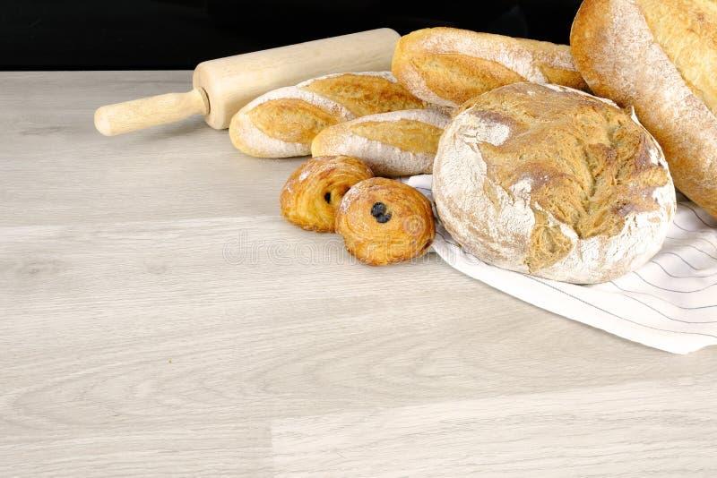 Brood, Croissant, het Ontbijt van de de Bakkerijpartij van de Muffinchocolade thuis Kokend voedsel met Deegrol op Houten Achtergr royalty-vrije stock foto's