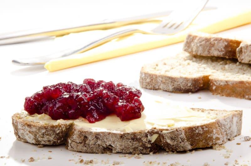Brood dat met Amerikaanse veenbesjam wordt uitgespreid royalty-vrije stock foto