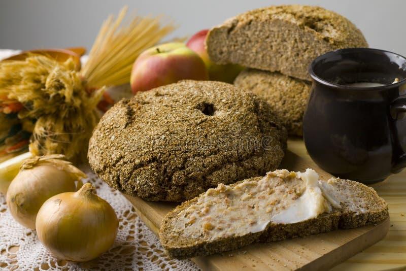 Brood dat met reuzel wordt uitgespreid stock afbeeldingen