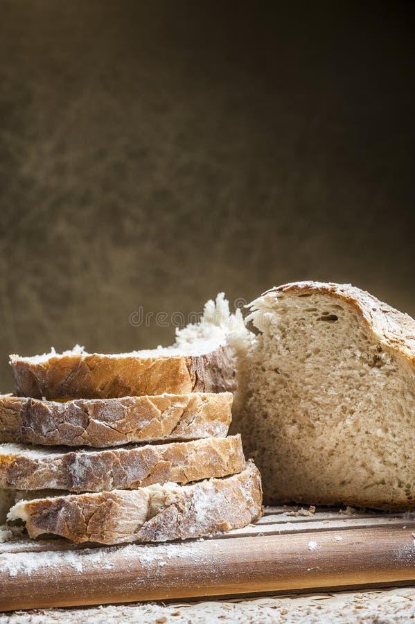 Brood dat in plakken wordt gesneden stock afbeelding