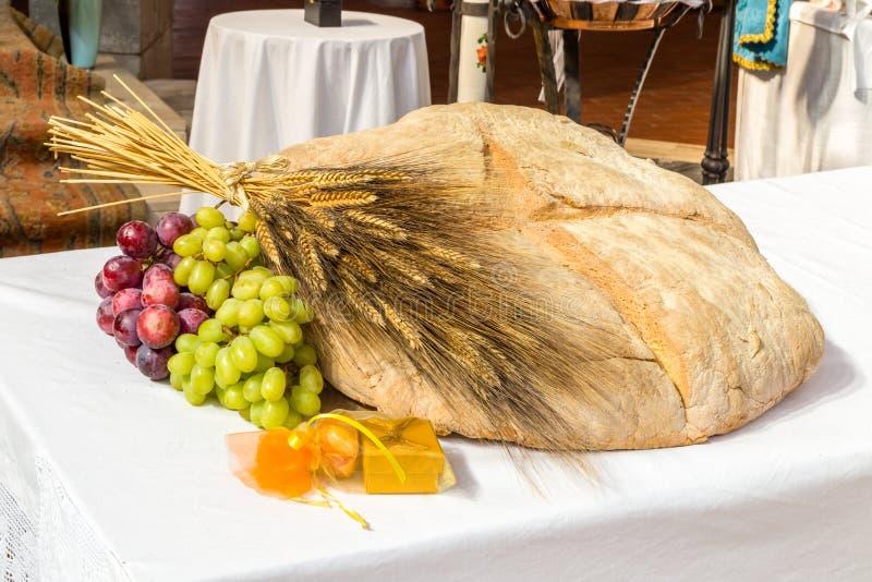Brood, druiven en tarwe als symbool van Christian Communion stock fotografie