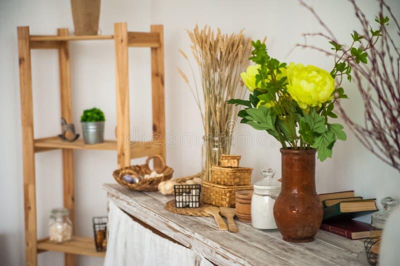 Brood in een geweven houten doos in de keuken in een rustieke stijl Ontbijt, brood, witte koppen binnen heldere Scandinavi stock afbeelding