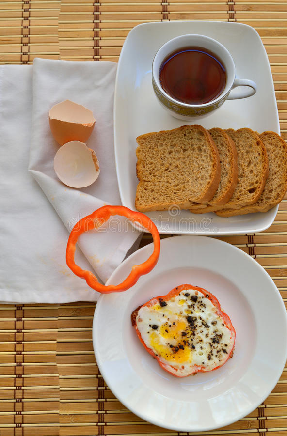 Brood, Ei en thee - Ontbijt stock fotografie