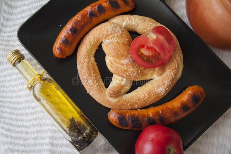 Brood en geroosterde worsten met greens stock afbeelding