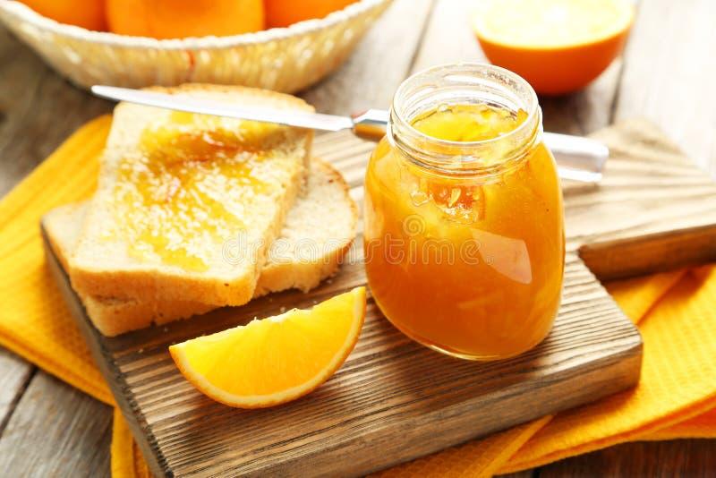 Brood en oranje jam stock foto