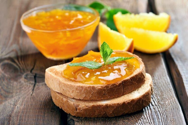 Brood en oranje jam royalty-vrije stock afbeelding