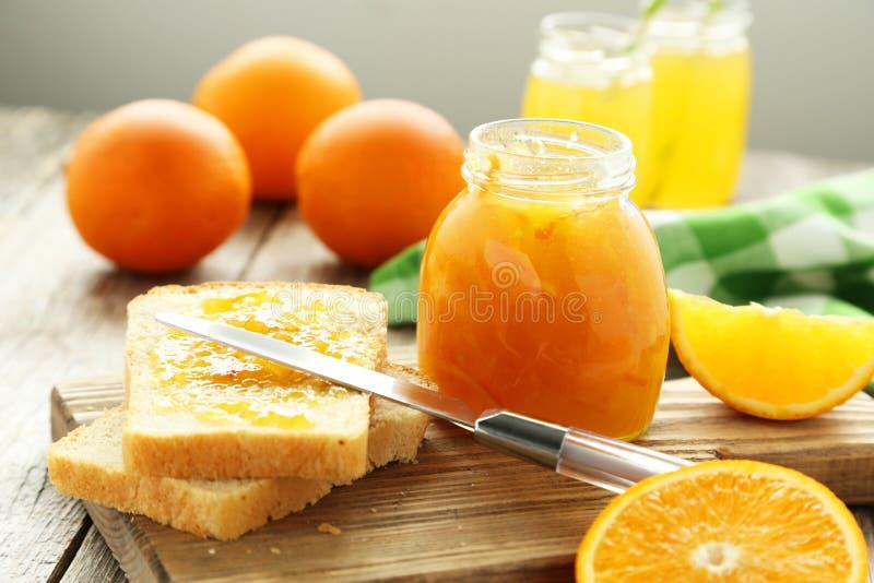 Brood en oranje jam stock foto's