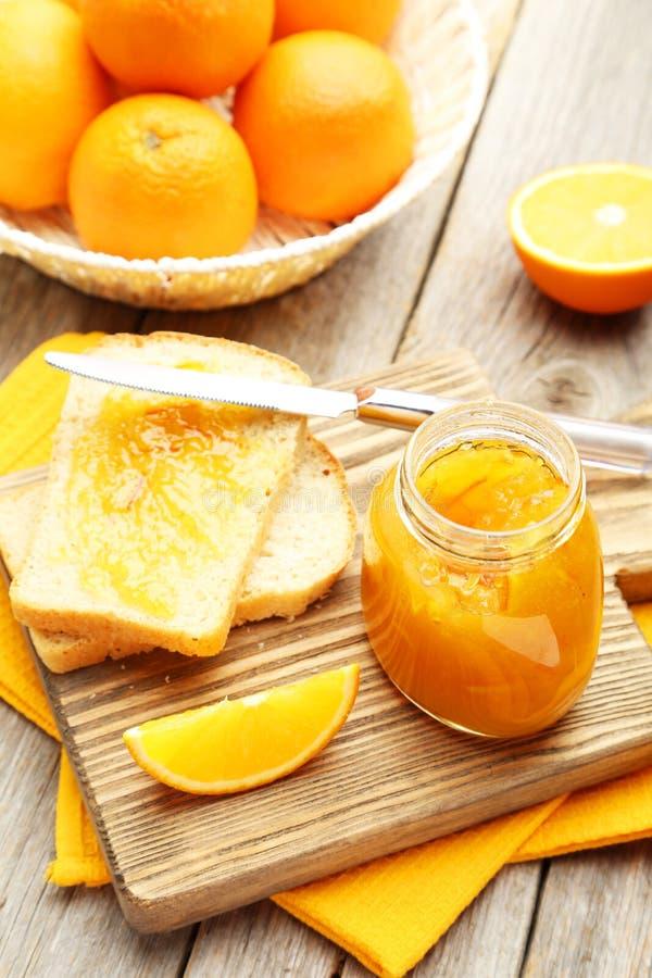 Brood en oranje jam stock fotografie