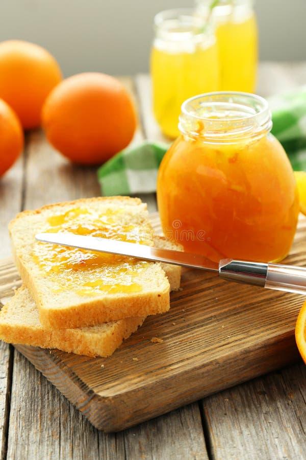 Brood en oranje jam royalty-vrije stock foto's