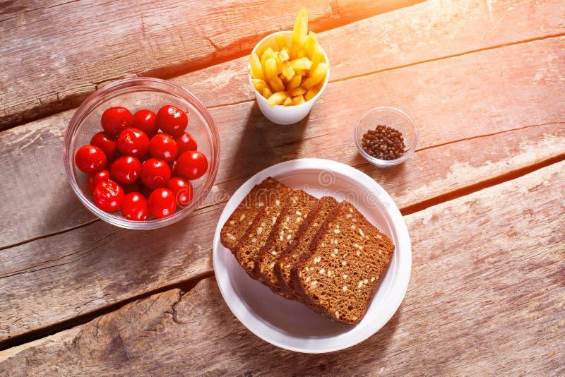 Brood en tomaten met peper stock afbeeldingen