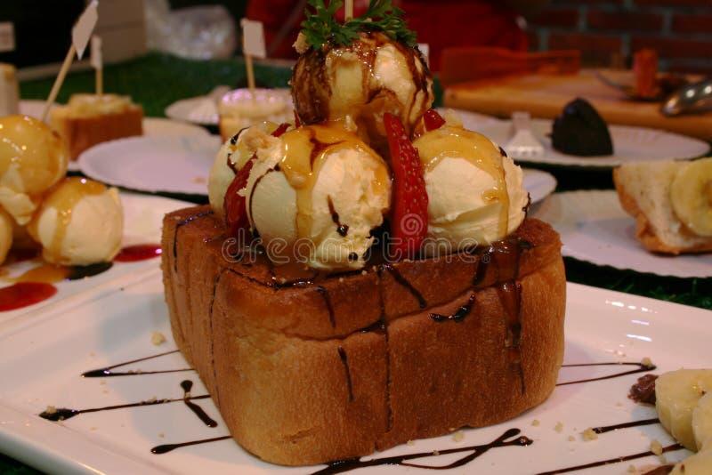 Brood, honingstoost met roomijs, aardbei, banaan, chocolade,  royalty-vrije stock fotografie