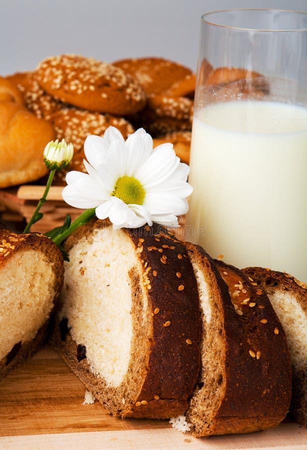 Brood, koekjes en melk stock afbeelding