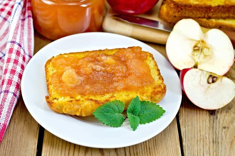 Brood met appeljam en appel op een raad royalty-vrije stock foto's