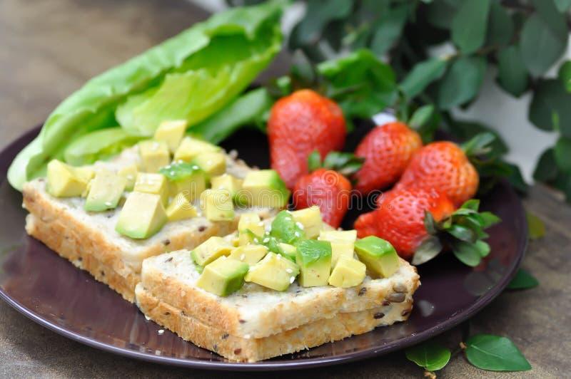 Brood met avocado en aardbei royalty-vrije stock foto