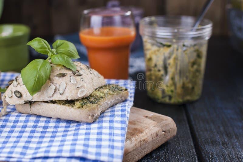Brood met basilicum en kaas en vers wortelsap voor ontbijt Vrije methode voor tekst stock fotografie