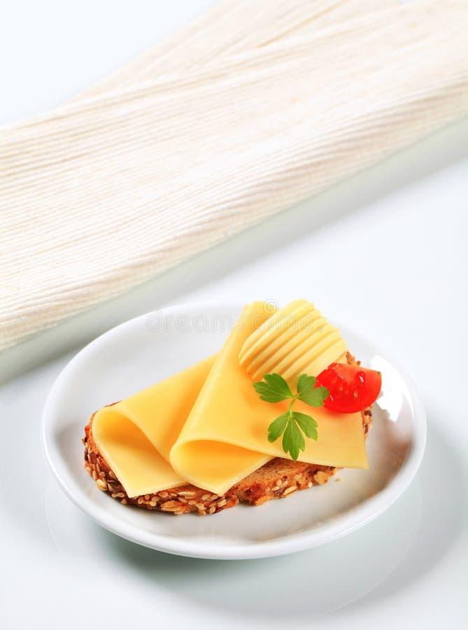 Brood met boter en kaas stock afbeelding