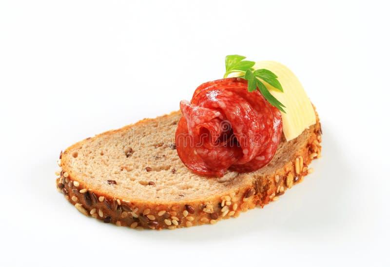 Brood met boter en salami royalty-vrije stock fotografie