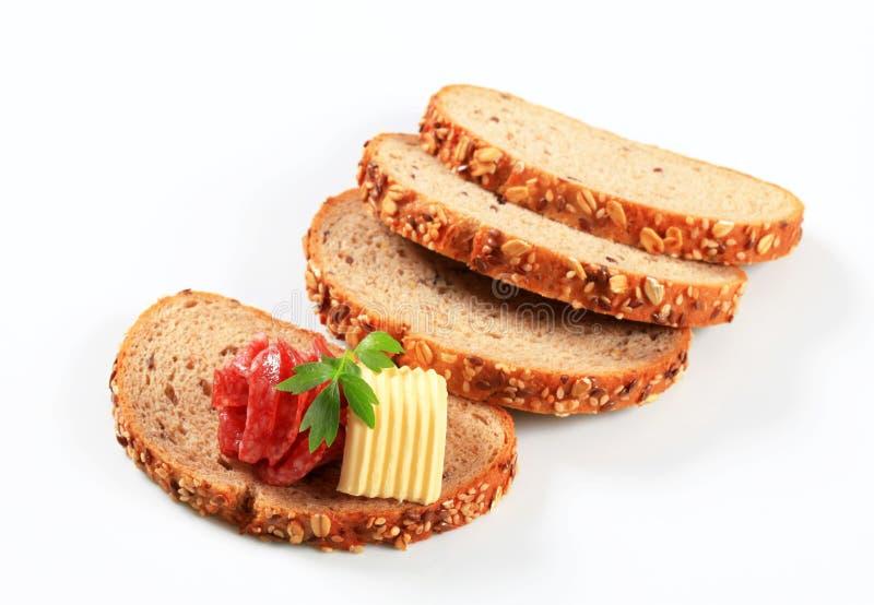 Brood met boter en salami stock foto