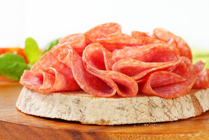 Brood met droge salami royalty-vrije stock foto's