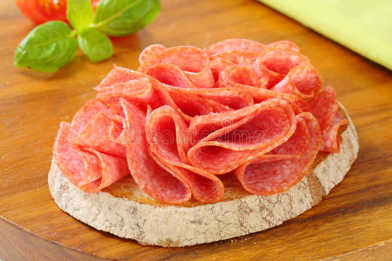 Brood met droge salami stock foto's
