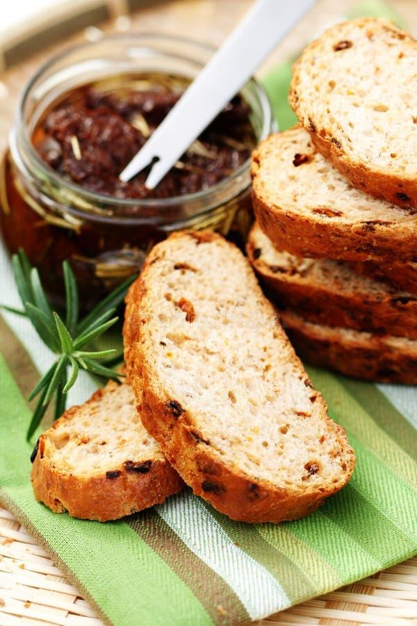 Brood met droge tomaten royalty-vrije stock fotografie
