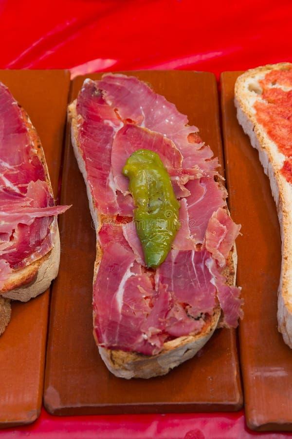 Brood met hamtomaat en groene paprika stock foto