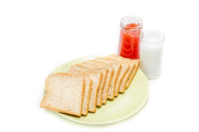 Brood met jam van melk op witte Studio royalty-vrije stock afbeelding