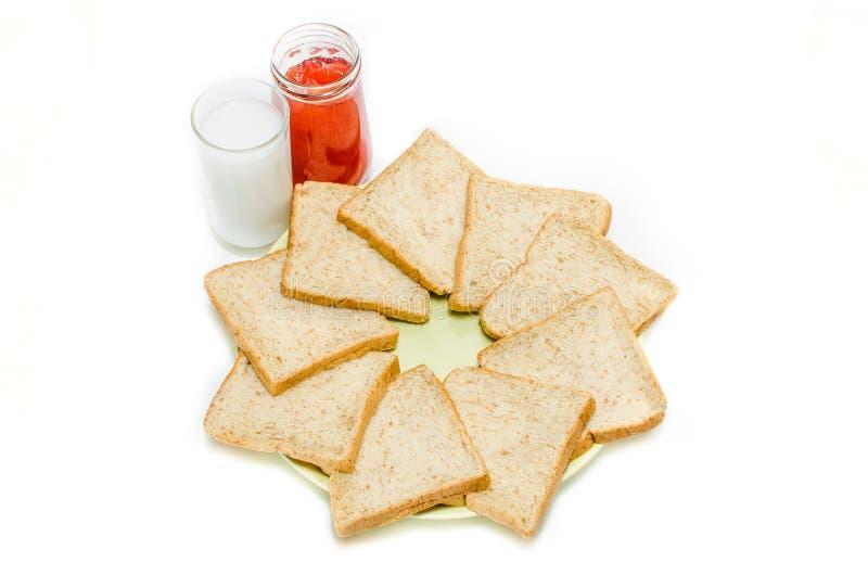 Brood met jam van melk op witte Studio stock fotografie