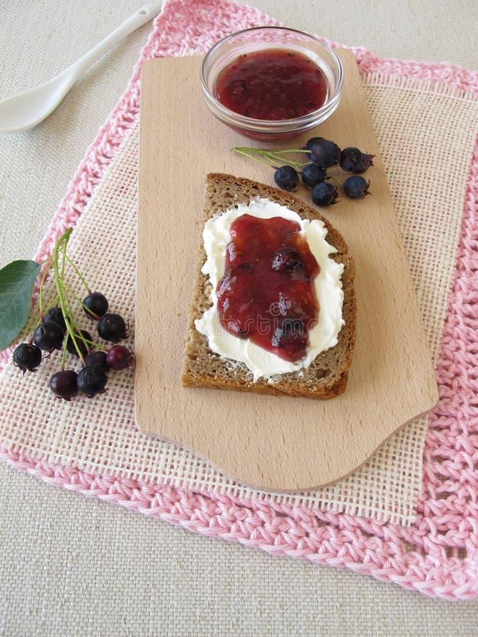 Brood met juneberry jam voor ontbijt royalty-vrije stock foto's