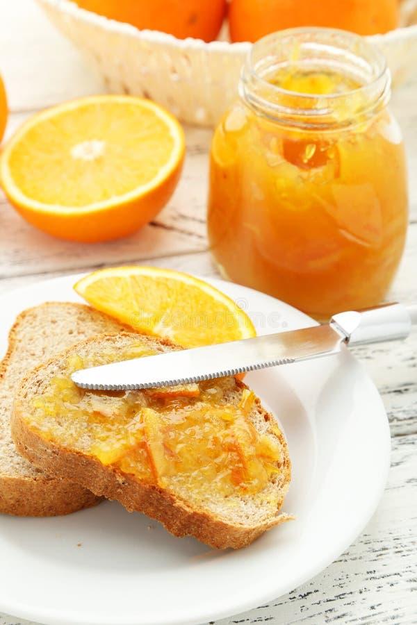 Brood met Oranje Jam royalty-vrije stock afbeeldingen