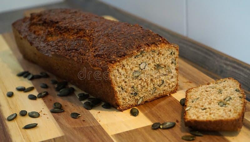 Brood met pompoenzaden stock fotografie