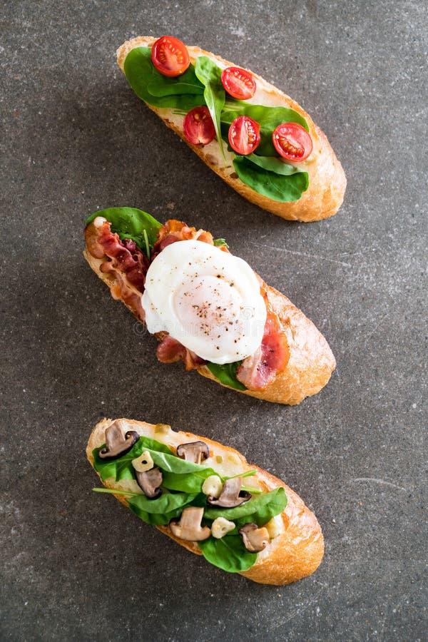 brood met raketpaddestoel, rakettomaten en baconei royalty-vrije stock afbeelding