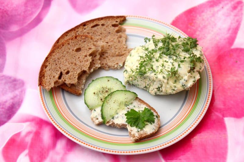 Brood met tuinkersboter stock afbeeldingen