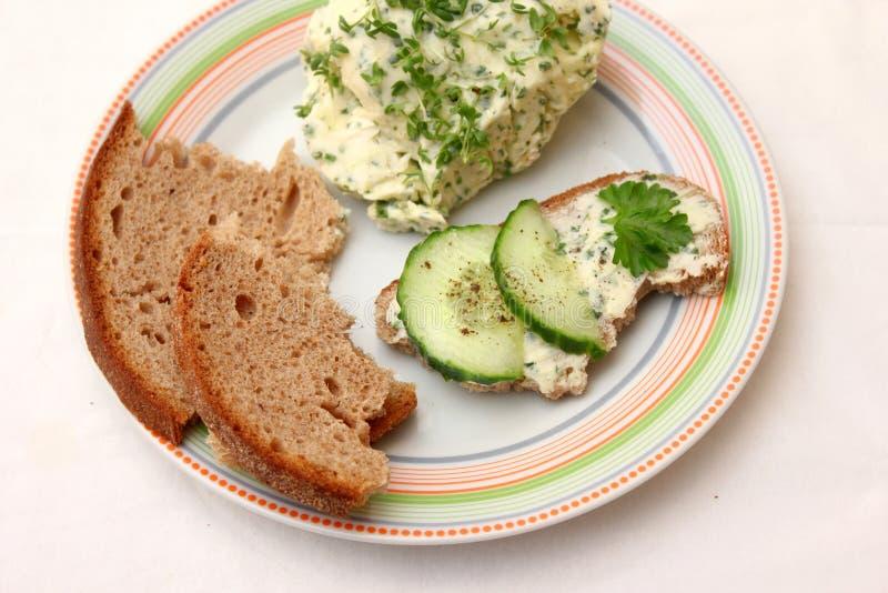 Brood met tuinkersboter stock fotografie