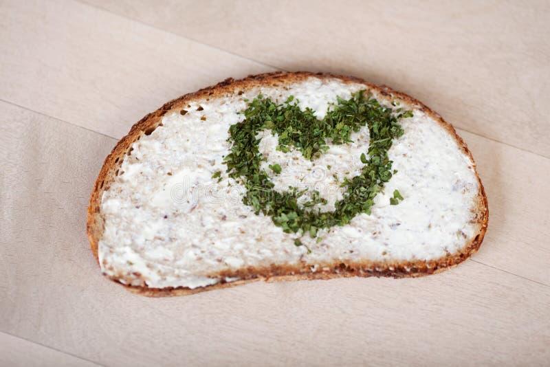 Brood met Uitgespreide die Kaasroom en Hart van Kruiden wordt gemaakt stock afbeeldingen