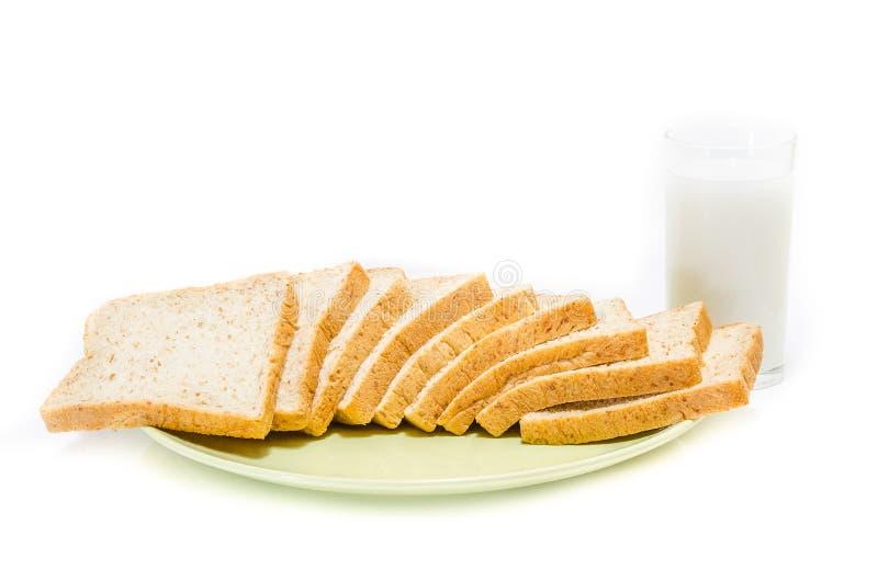 Brood met van melk op witte Studio stock afbeeldingen
