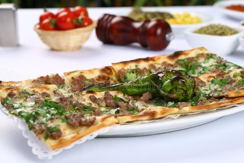 Brood met vlees - Turkse pizza stock afbeeldingen