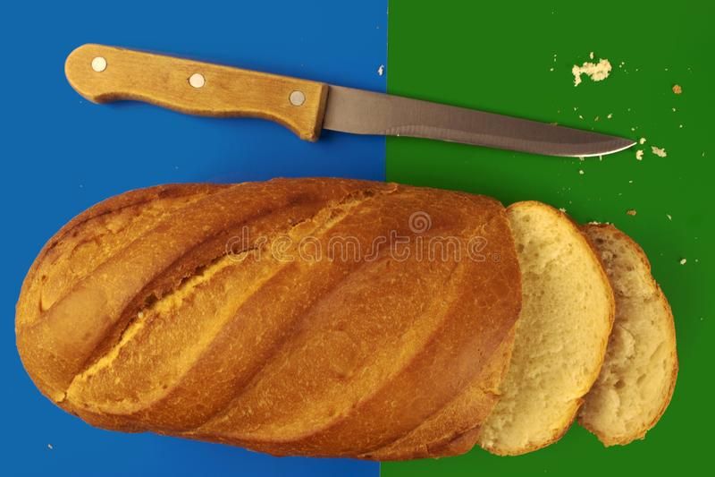 Brood op blauwgroene achtergrond stock foto's