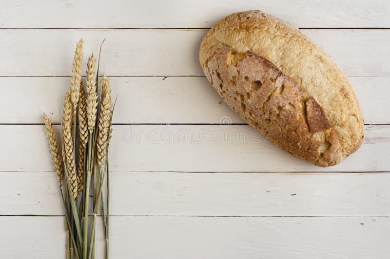 Brood van brood op een houten witte lijst royalty-vrije stock afbeeldingen