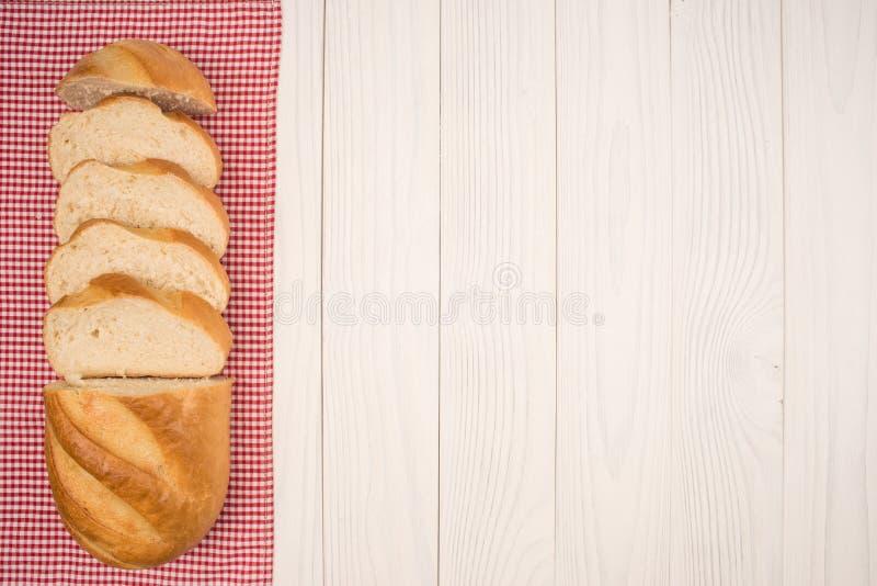 Brood van brood op een houten witte lijst royalty-vrije stock afbeelding