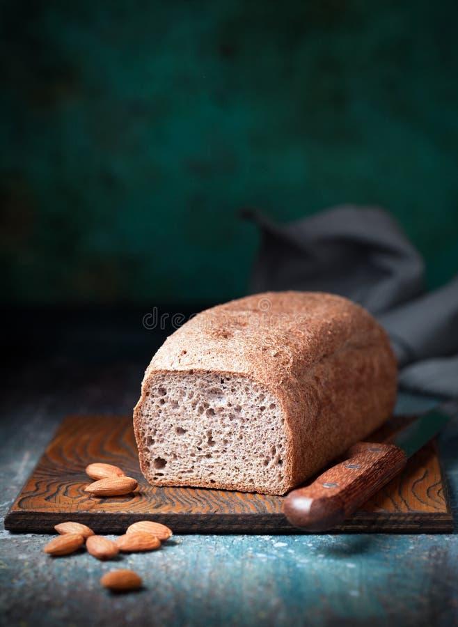 Brood van het gluten het vrije die brood met amandel en kokosnotenbloem wordt gemaakt stock foto's