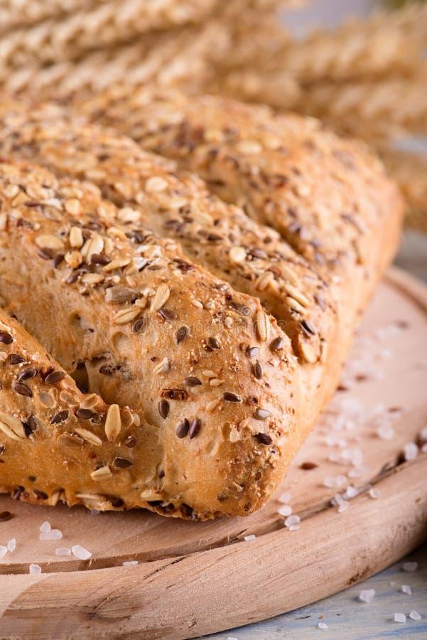 Brood van multicereal brood op houten raad royalty-vrije stock afbeelding