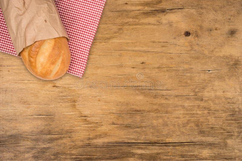 Brood van brood op een houten lijst stock afbeeldingen