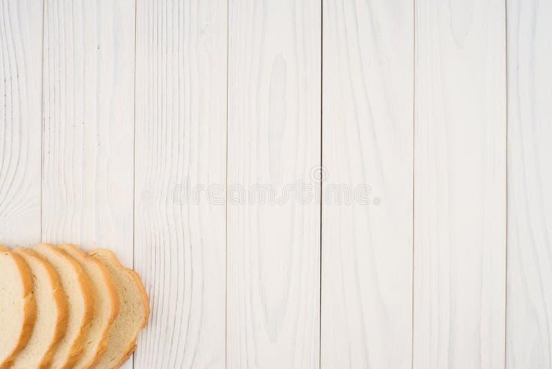 Brood van brood op witte oude houten lijst royalty-vrije stock afbeeldingen