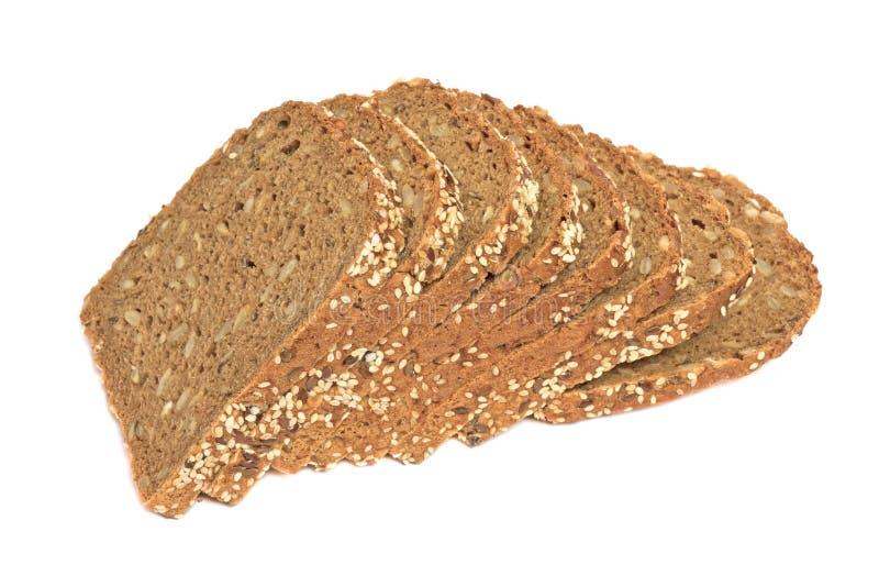 Brood van vers gesneden multigrain gluten vrij die brood met sesam, lijnzaad, op wit wordt geïsoleerd stock foto