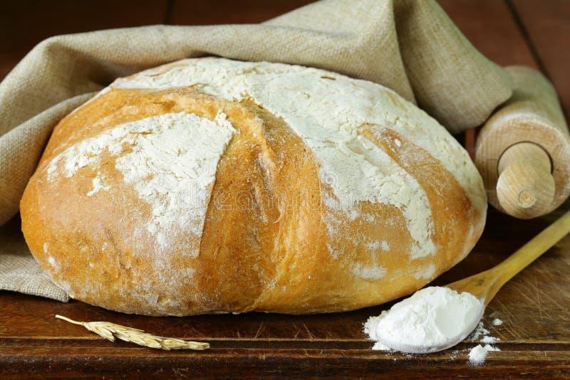 Brood van wit brood op een houten lijst stock afbeeldingen