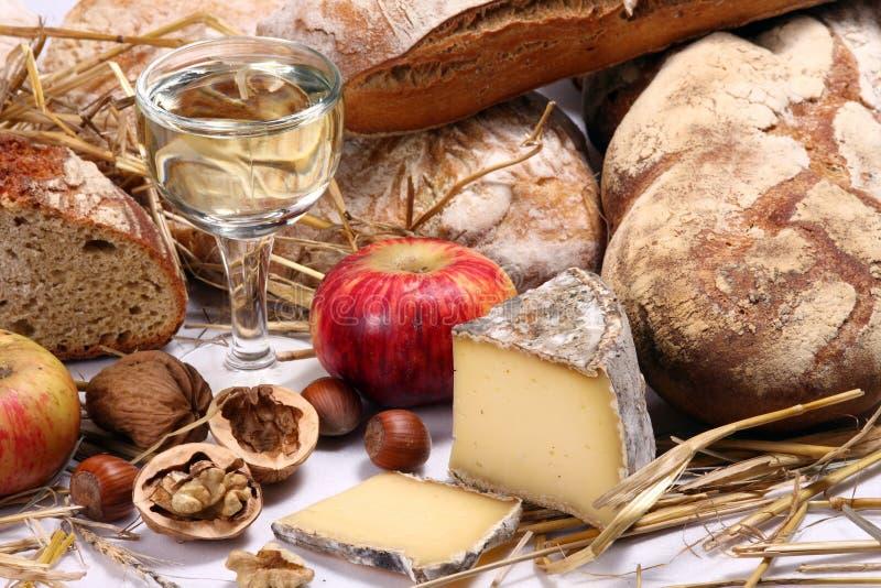 Brood, wijn, kaas stock afbeelding