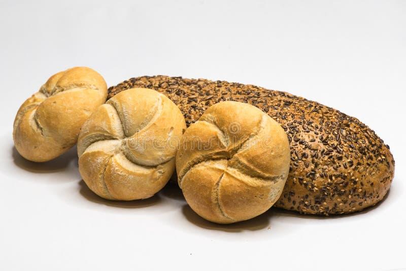 Broodassortiment broodjes en volkorenbrood stock afbeelding