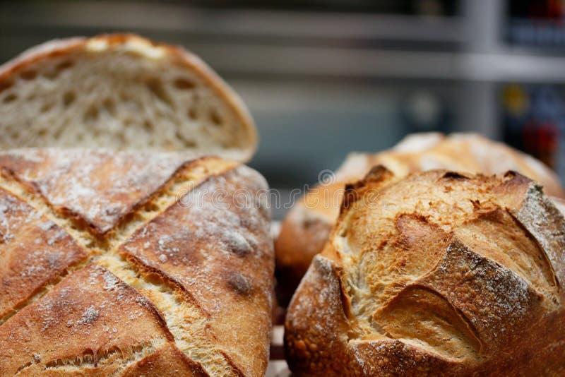 Broodbroden in een artisanale bakkerij royalty-vrije stock foto